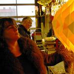 Miriam i Uddevalla tittar på en gul lampa. Foto: Louise Larsson